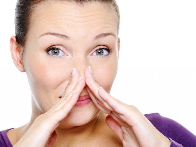 почему бывает неприятный запах изо рта